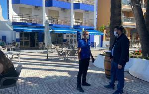 El edil de Actividades visita una terraza en la plaza Abderramán.