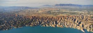 Espectacular imagen del embalse del Negratín, enmarcado en el Geoparque.