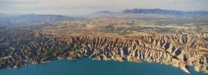 Espectacular vista del Negratín con los paisajes del Geoparque.