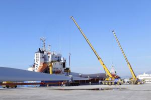 Embarque de palas eólicas en el Puerto de Motril.
