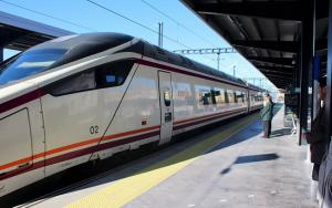 El primer tren Avant con Sevilla, en la estación granadina.