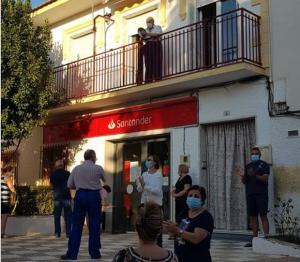 Vecinos de Escúzar en la primera protesta por el cierre de la oficina.