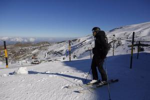 Esquiador con mascarilla en la estación de esquí de Sierra Nevada el primer día de apertura de la temporada invernal.