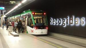 Viajeros suben al Metro en la estación de Recogidas.