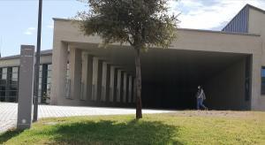 Una estudiante camina por el Campus de la Salud, en una imagen de archivo.
