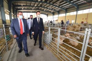 El presidente de la Diputación y el alcalde de Huéscar en la inauguración de la feria.