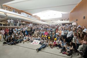 Foto de familia con estudiantes, profesores y miembros del sistema I+D.