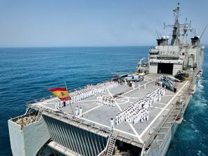 El buque Castilla, que desembarga su carga en lanchas por la popa.