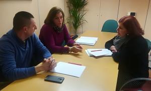 Reunión entre representantes sindicales de los vigilantes y la parlamentaria socialista Elvira Ramón.