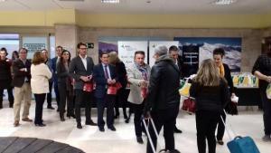 Responsables institucionales saludan a los primeros pasajeros del vuelo con Milán.