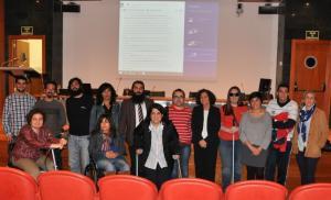 Pilar Aranda junto a miembros de la comunidad universitaria con discapacidad.