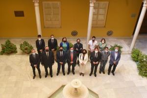 Foto de familia de los representantes de instituciones, colectivos y partidos firmantes del acuerdo.