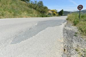 La vía no tiene arcén y presenta un mal estado del firme.