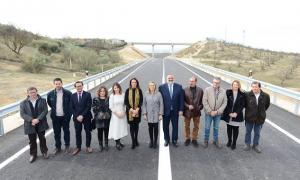 Autoridades en la inauguración de la vía.