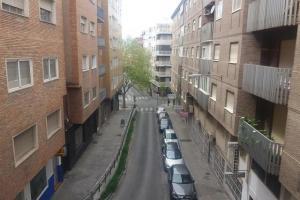 Calles vacías y coches aparcados, sin usar, en la capital.