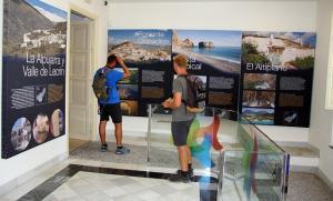 Visitantes en el Patronato de Turismo.