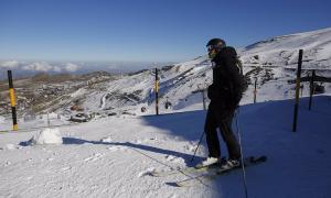 Un esquiador con mascarilla en las pistas.