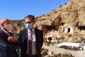 El delegado de Turismo y el alcalde de Marchal, junto a la zona de cuevas.