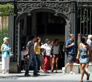 Turistas en la entrada de la Capilla Real.
