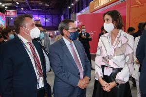 La ministra de Turismo, Reyes Maroto, con el presidente de la Diputación, José Entrena, y el diputado de Turismo.