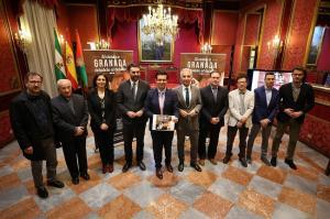 El salón de plenos del Ayuntamiento de Granada ha acogido la presentación de los nuevos productos turísticos.