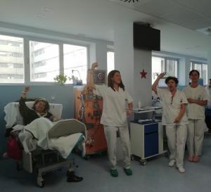 Una sesión de hemodiálisis, con el baile, que ha sido merecedor de un premio.