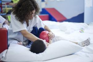 Rehabilitación a un niño en el Virgen de las Nieves.