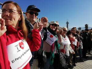 Detalle del 'abrazo' al Parque de las Ciencias este domingo, que ha reunido a cerca de 3.000 personas.
