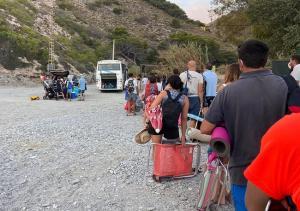 Usuarios aguardan para acceder al transporte público de Cantarriján.