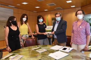 Entrena recibe a las promotoras de la plataforma 'Granada Habitable'.