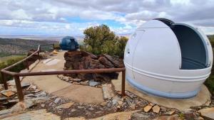 Centro astronómico de Aldeire, con dos cúpulas para la observación del cielo.