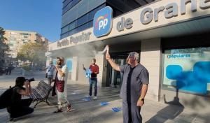Uno de los manifestantes, vestido de Judas en la puerta de la sede del PP.