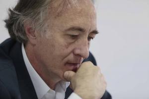 Sánchez-Montesinos asegura que representa la renovación.