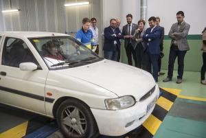 Un vehículo pasa la inspección ante las autoridades de la Junta y Ayuntamiento.