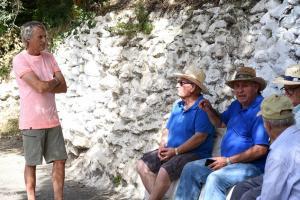 Jesús Calleja, con vecinos de la Alpujarra.