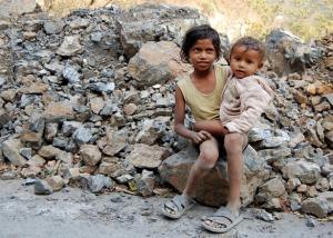 Un niño y un bebé en una carretera cerca de Rishikesh (India).