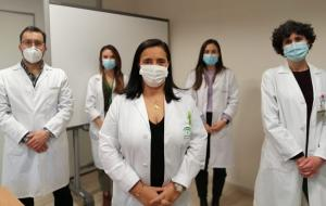 La director del hospital, Mª Ángeles García Rescalvo, en primer plano, junto a parte del equipo investigador.