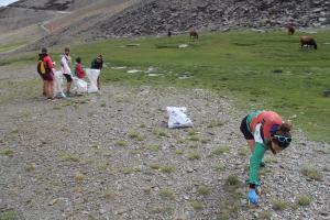 El 'batallón basurista' en pleno trabajo de retirada de residuos.