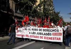 Manifestación en Gran Vía a su paso por la Tesorería de la Seguridad Social.