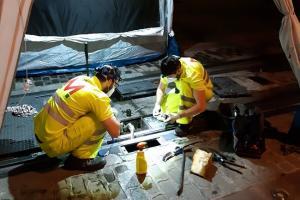 Técnicos en labores de mantenimiento del Metro.