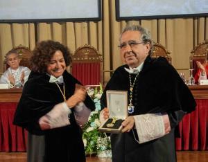 La rectora de la UGR entrega la distinción a su homólogo de Málaga.