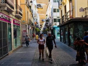 Viandantes en la calle Mesones de la capital.