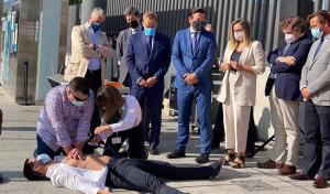 La consejera de Fomento, Marifrán Carazo, este sábado durante un simulacro de parada cardiorrespiratoria a un usuario en el metro de Granada, que cumple el lunes tres años.