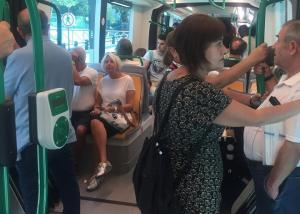 Viajeros en un vagón del metro.