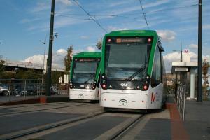 Trenes del Metro a su paso por el Zaidín.