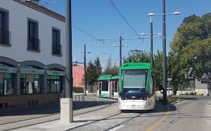 El Metro, en la curva de Fernando de los Ríos con la calle Aristóteles, en Armilla.