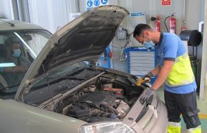 Inspección de un vehículo en una ITV.