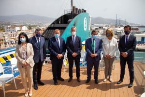 Las autoridades junto al representante de Baleária en la presentación del ferry.