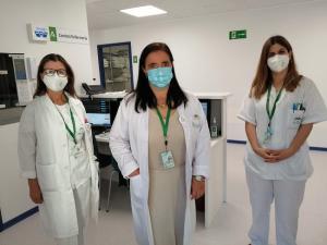 La directora gerente, María Ángeles García Rescalvo, con especialistas de la unidad.
