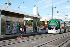 El Metro, en la parada del Nuevo Los Cármenes.